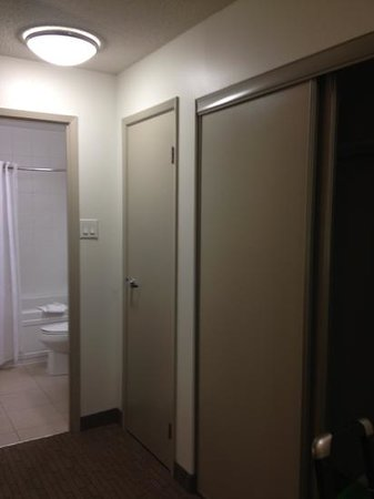 Place Louis Riel Suite Hotel: plenty of closet space