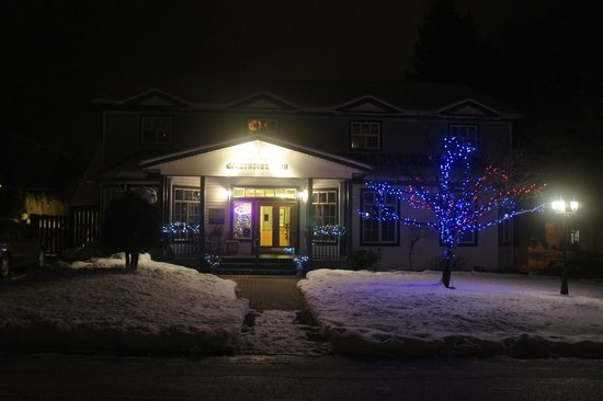 Courthouse Inn Revelstoke: The Courthouse Inn at night