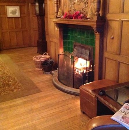 Cragwood Country House Hotel: A few drinks around the fire.