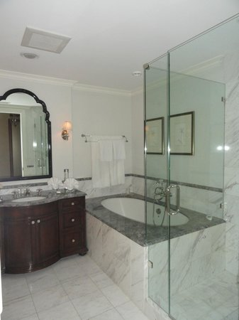 Hotel Les Mars, Relais & Chateaux: The bathroom was spacious and clean with sufficient counterspace.