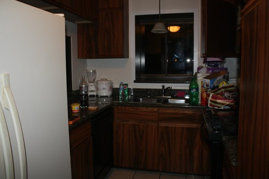 Aston Waikiki Beach Tower: Kitchen - clean and tidy.