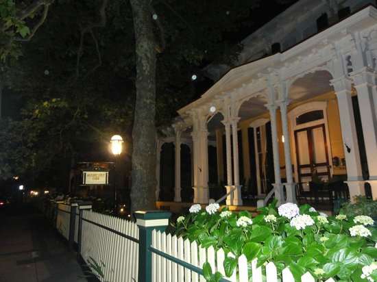 Mainstay Inn and Cottage: night appearance..