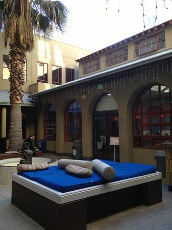 Hostelling International - Los Angeles/Santa Monica: Hostel courtyard