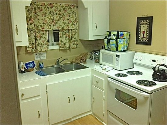 Courtney's Place: Full kitchen...appliances look new.