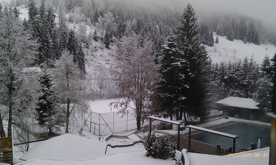 Hotel Die Post: Outdoor pool and snow covered tennis courts viewed from room