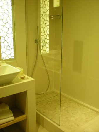 Hotel N'vY: shower with cobbled floor