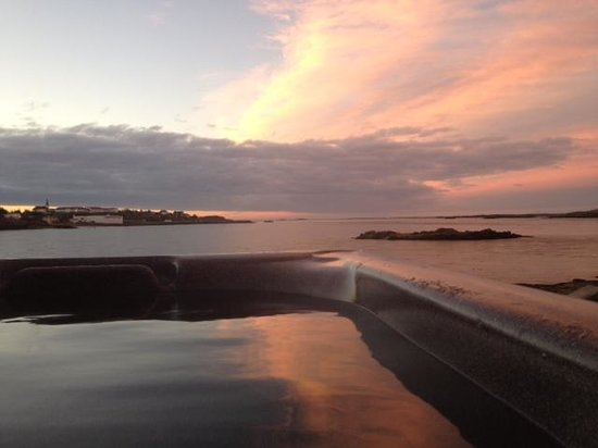 Borgarnes, Islandia: The view from the hot tub