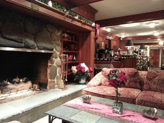 The Valley Inn: Roaring fire in the lobby