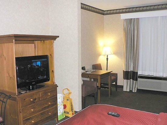 Comfort Suites: TV & work desk