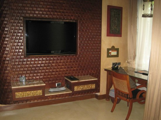 The Baray Villa: The TV in the living room area