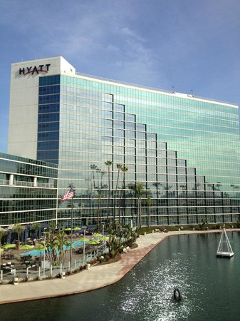 Hyatt Regency Long Beach: Hotel Pool and Pond