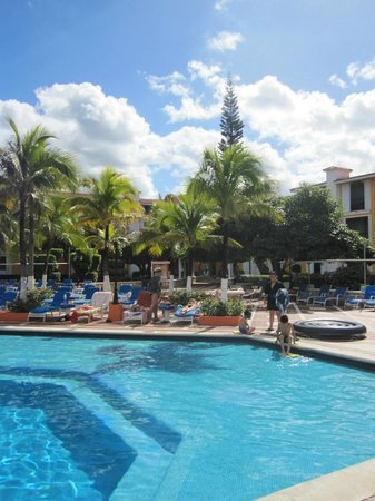 Hotel Cozumel and Resort: Drinks by the pool