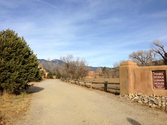 Mabel Dodge Luhan House: Driveway up to the Big House from the gate.