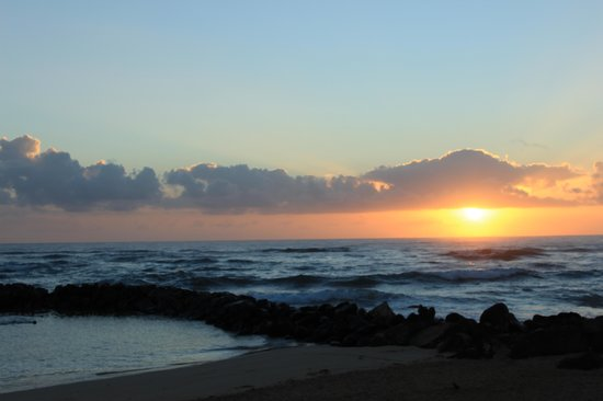 Aston Aloha Beach Hotel: Sunrise at Lydgate Beach
