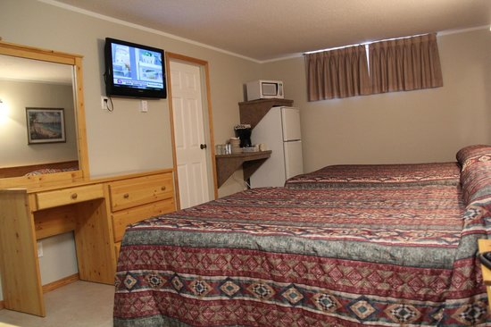 Lakeview Motel & Suites: Standard room with two queen beds