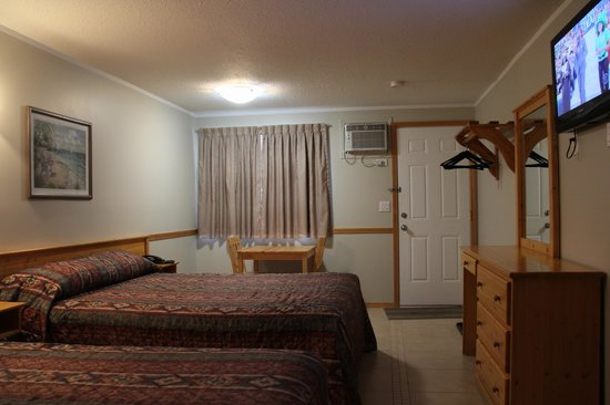 Lakeview Motel: Standard room with two queen beds