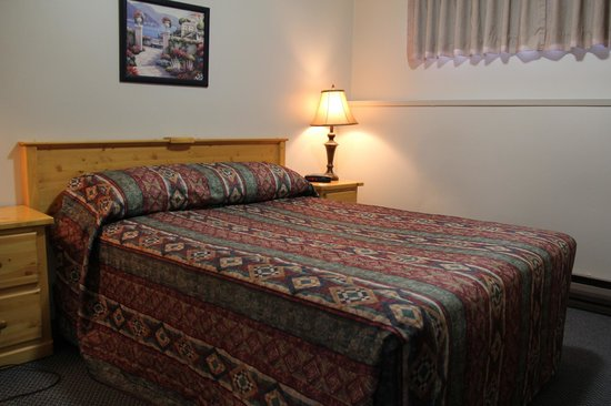 Lakeview Motel: Bedroom with queen bed