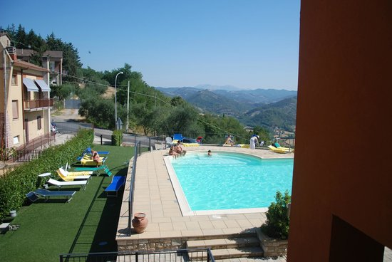 Montone, Italia: view of pool from the hotel
