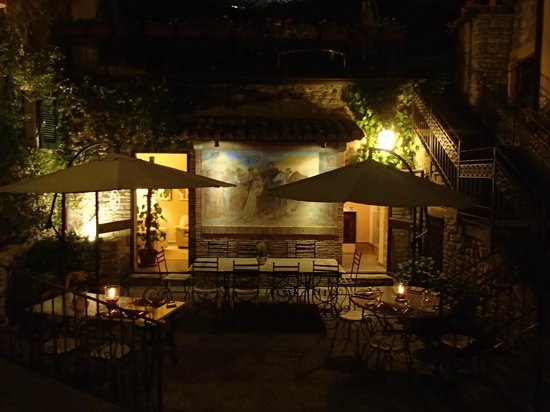 Montone, Italia: the restaurant patio at night