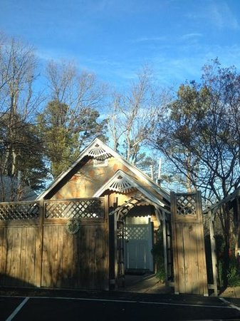 Oak Crest Cottages and Treehouses: A relaxing cottage with beauty inside & out!
