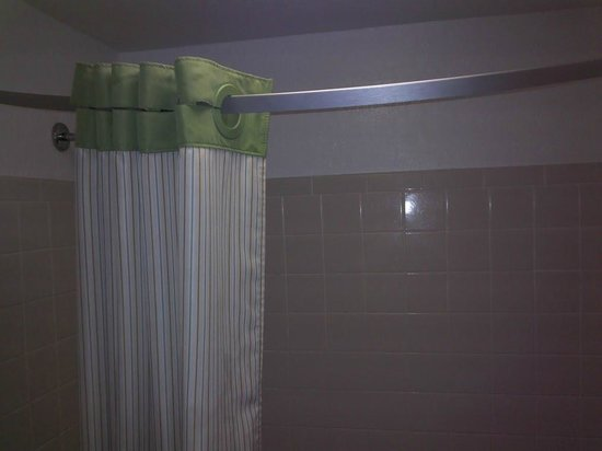 Extended Stay America - Fort Lauderdale - Cypress Creek - Park North: Shower curtain did not stay extended so water sprayed out