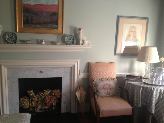 Peake-Fairfax House Bed&Breakfast: The Palladian Suite, sitting area