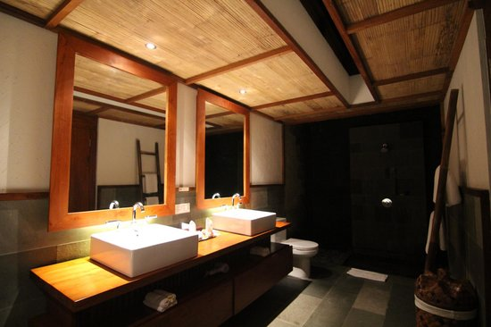 Luwak Ubud Villas: Love the bathroom! Tub & Outdoor shower