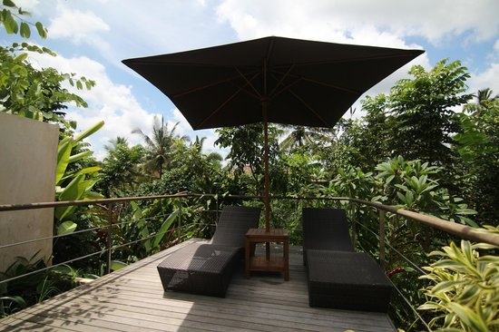 Luwak Ubud Villas: Reclining chairs by the pool. Overlooks a lush green valley.