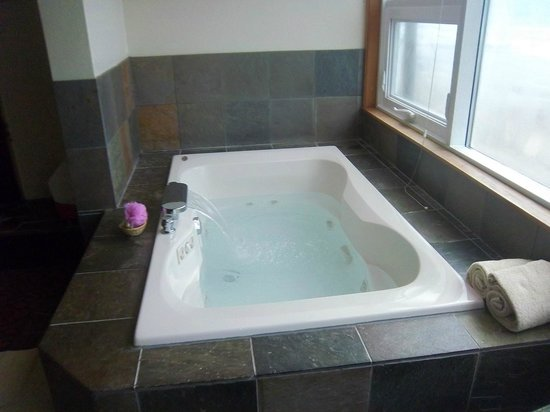 Nordic Oceanfront Inn: the tub was very nice