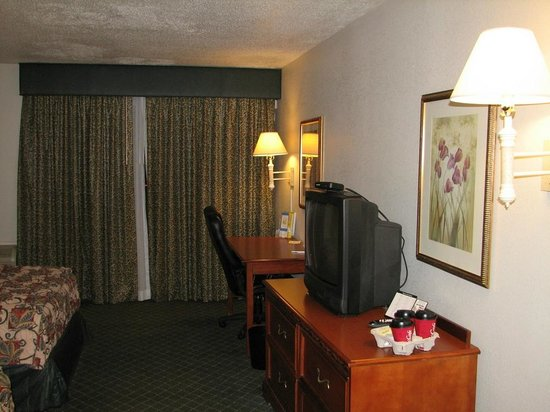 La Quinta Inn Hattiesburg: tv, work area, patio, water damage on ceiling