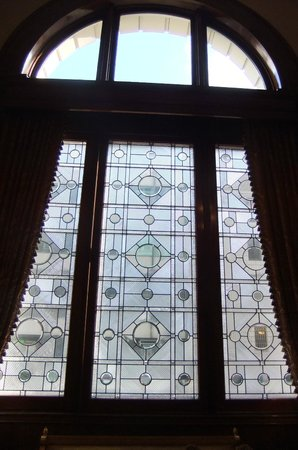Benson Hotel: Lobby windows.