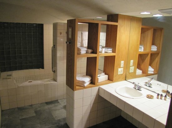 Inn at Middleton Place: Bathroom overview.