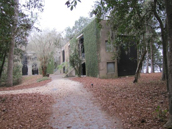 Inn at Middleton Place: Gravel walkway leading to accommodation was lit with low voltage lighting.