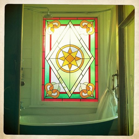 Peace and Plenty Inn: beautiful stain glass window in the ensuite