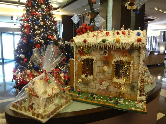 Christmas Decorations In Hotel Lobby : Lobby christmas decorations picture of crowne plaza