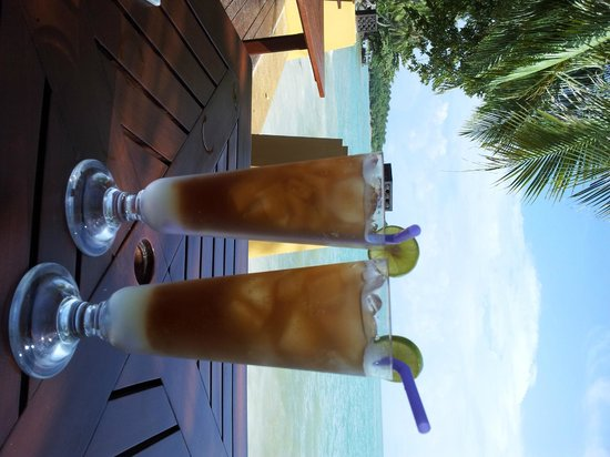 Kandaburi Resort &amp; Spa: drinks next overlooking the beach