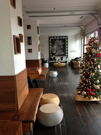 Bungalow Hotel: the lobby