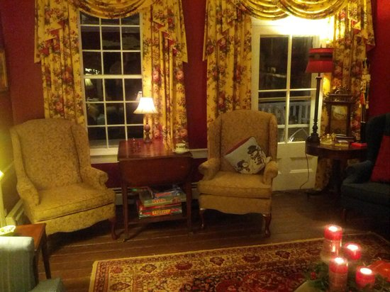 Prospect Hill Plantation Inn: Cozy Chairs in Living Room with Fireplace