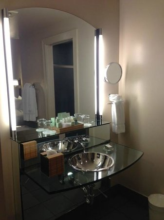 Hotel Metro: Sink area