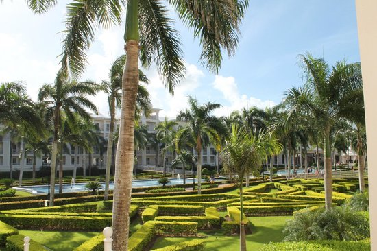 Riu Palace Punta Cana: Grounds and fountains
