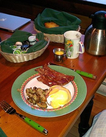 Rowena's Inn on the River: My first breakfast delivered in a picnic hamper