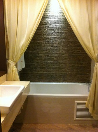  : Nice big bathroom. there&#39;s also a rain-shower cubicle not captured in the photo