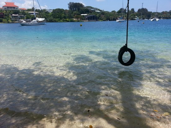 Iririki Island Resort: Tyre swing at the beach