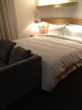 Beacon Hotel: Comfortable bed in quad room