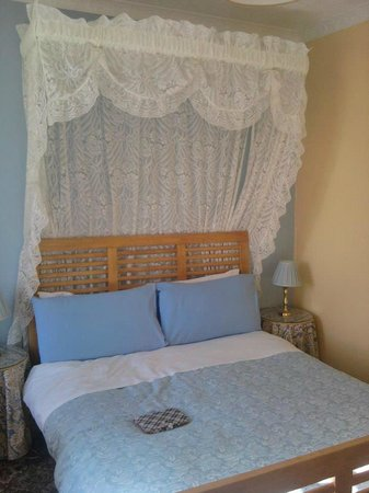 Mostyn Guest House: Comfy bed - top floor room, top of the hotel