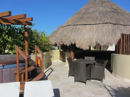 Maya Villa Condo Hotel &amp; Beach Club: The palapa and hot tub.