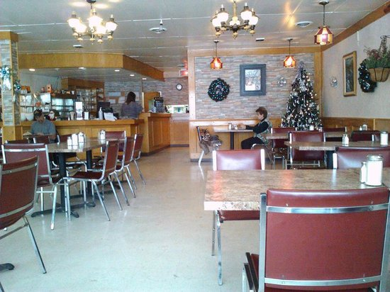 Huntingdon, Canada: Restaurant Interior - decorated for Christmas, but chairs & tables could use updating.