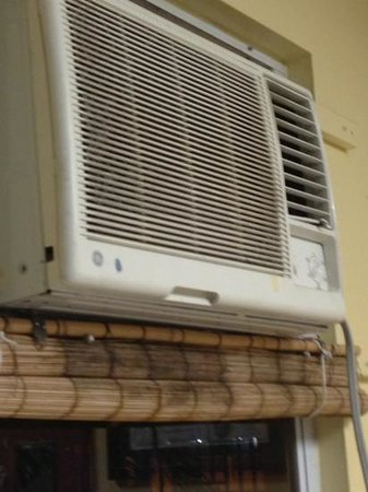 WesternBay Boqueron Beach Hotel: A/C with fungus, dust and missing parts