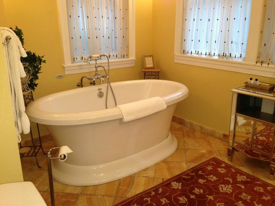 Swann House: Glorious large jet tub