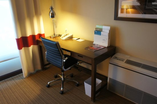 Four Points By Sheraton San Francisco Airport: Desk area